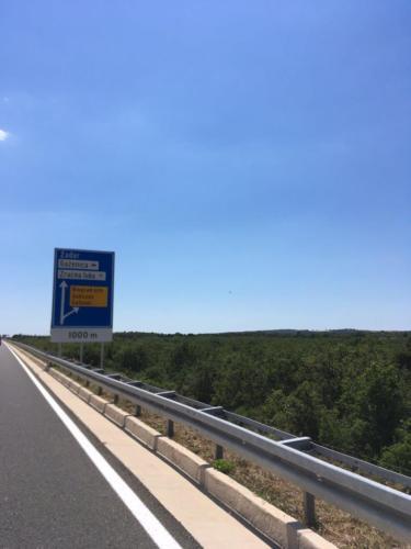 2-cedule-před-sjezdem-na-Sukošan-z-přivaděče-k-dálnici